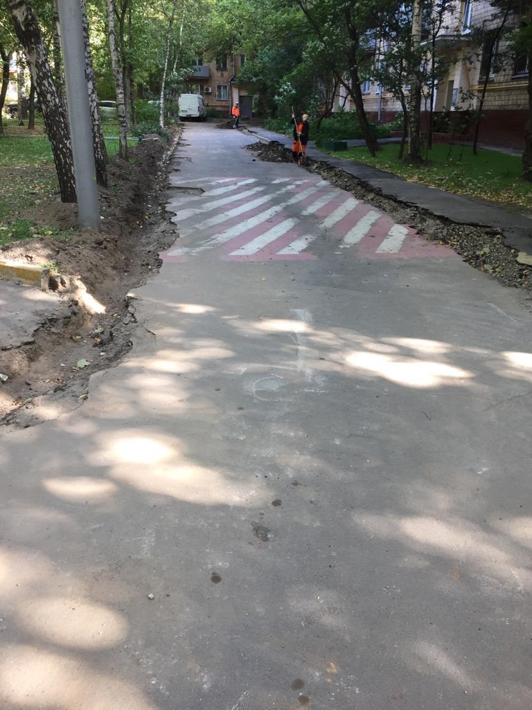 Во дворе на 1-й Останкинской улице ремонтируют асфальт большими картами