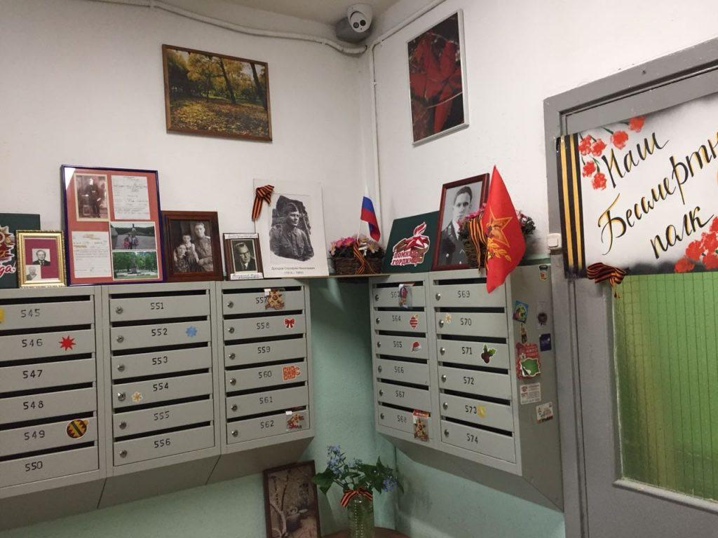 Жительница дома на Академика Королева Ольга Чигвинцева украшает подъезды портретами ветеранов к 9 Мая
