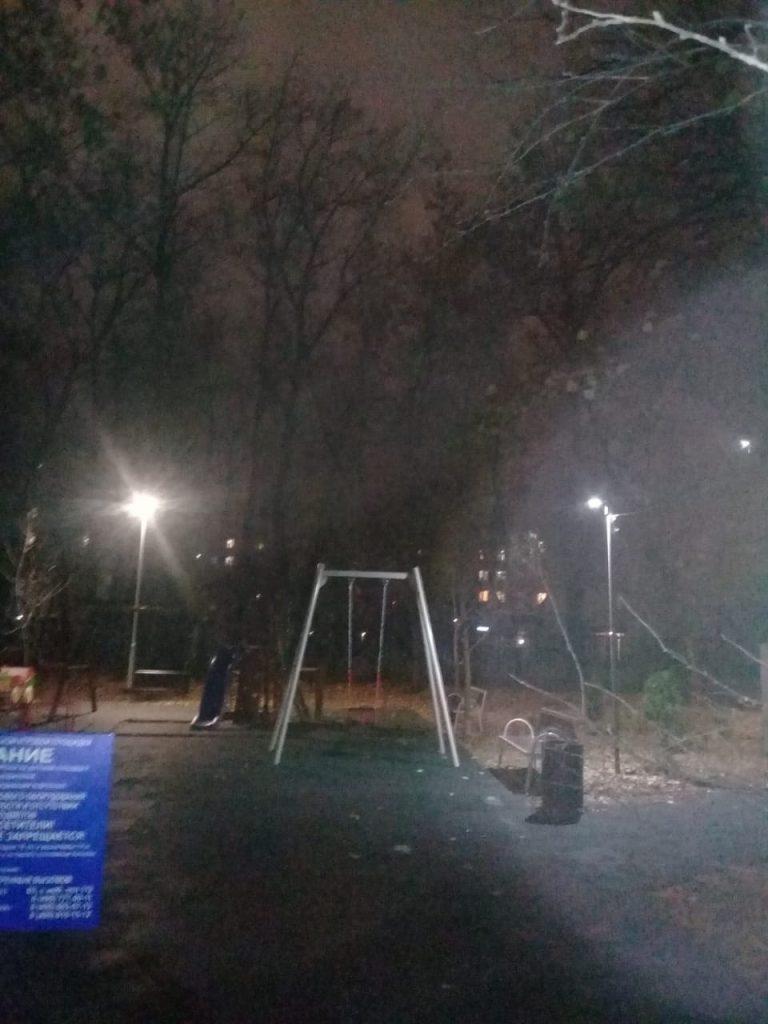 На детской площадке во дворе на Академика Королева установили опоры освещения