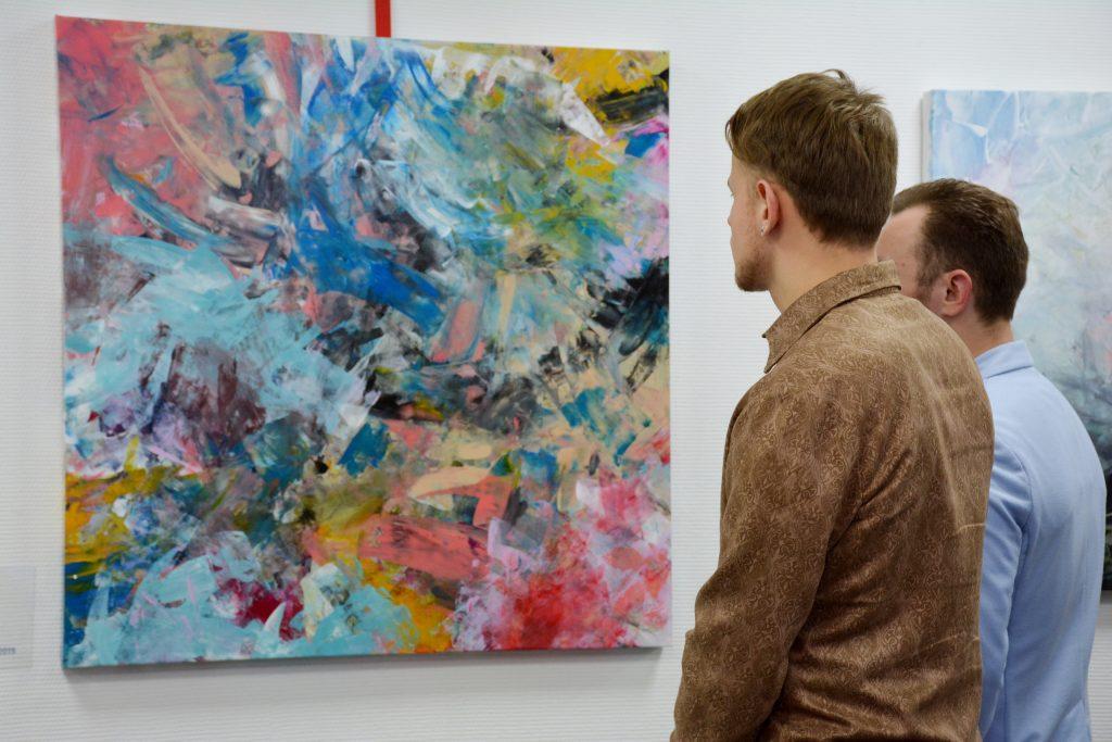Экспозиция современных картин в библиотеке на Звездном бульваре будет работать до апреля