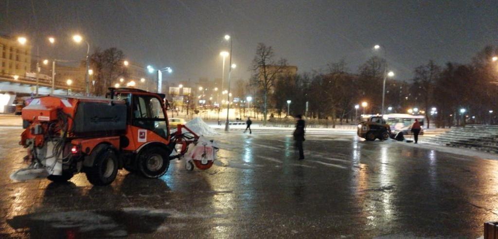 В Останкине круглосуточно убирают снег